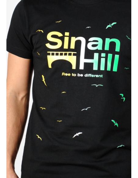 """T-shirt Sinan Hill """"Different"""" jaune, blanc et vert"""